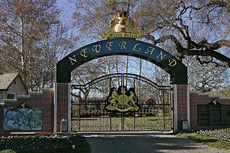 Ворота поместья Neverland.