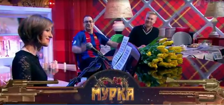 """В финале шоу депутат вместе с ведущими программы спела """"Мурку"""". Фото: кадр видео."""