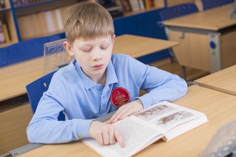 На уроках словесности ребята используют наглядные опорные схемы, первоисточники, демонстрируют умение работать со словарями. Фото: Дмитрий ЧАБАНОВ