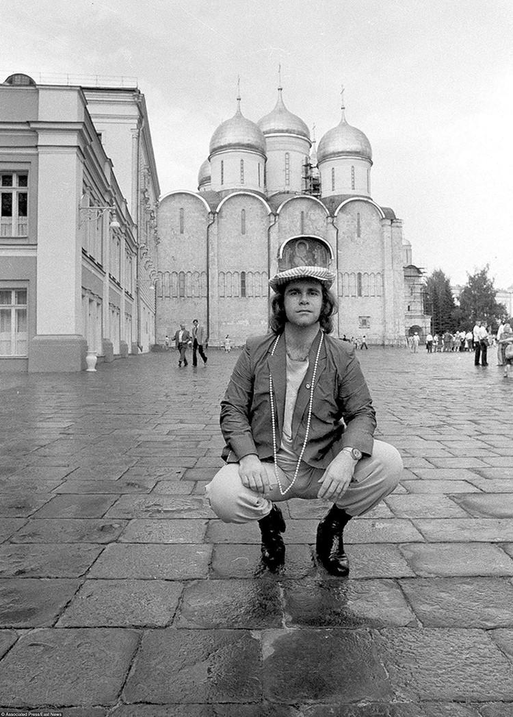 В 1979 году Элтона Джона пригласили советское Министерство культуры и «Госконцерт СССР» выступить в Ленинграде и Москве. Но при условии - не исполнять песню Битлз «Back in the USSR» и не кидаться стульчиком от рояля