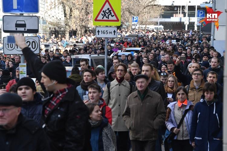 К 14.00 люди на Тверскую действительно пришли. Многие явно просто хотели прогуляться и поглазеть, погода-то хорошая
