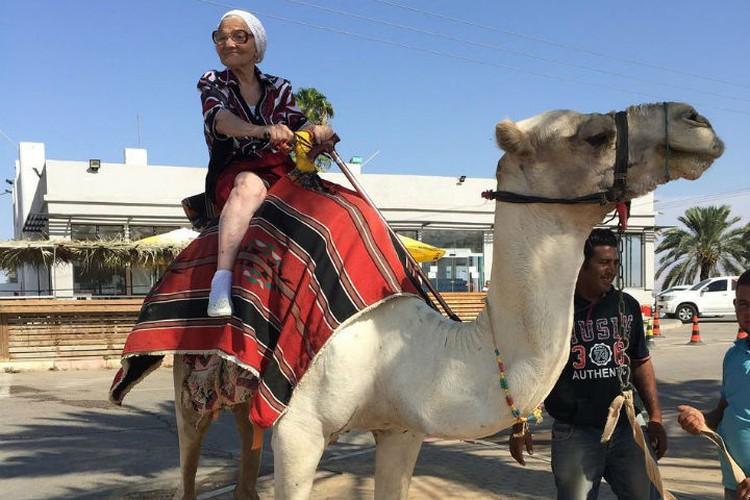 Баба Лена держится на верблюде, как заправский бедуин