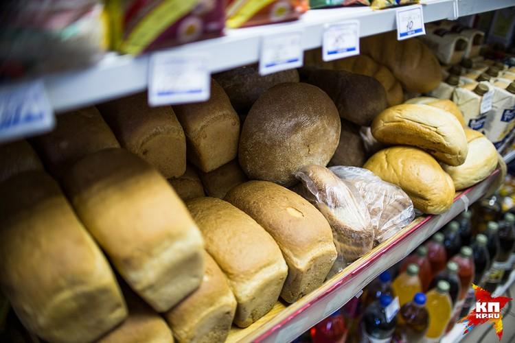 В магазин каждый день привозят свежий хлеб.