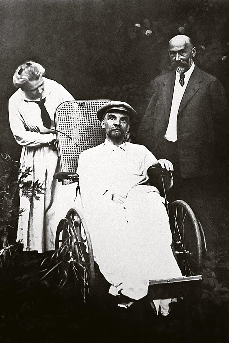 Это одно из последних фото Ленина. Взгляд Ильича кажется безумным - следствие трех перенесенных инсультов... Фото: Репродукция фотохроники ТАСС