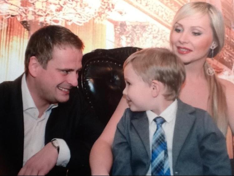 Михаил вместе с мамой и папой. Фото: страница в Facebook Михаила Попова.
