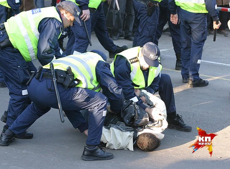 Полиция начала применять силу, в результате чего вспыхнули массовые беспорядки, которые продолжались два дня.