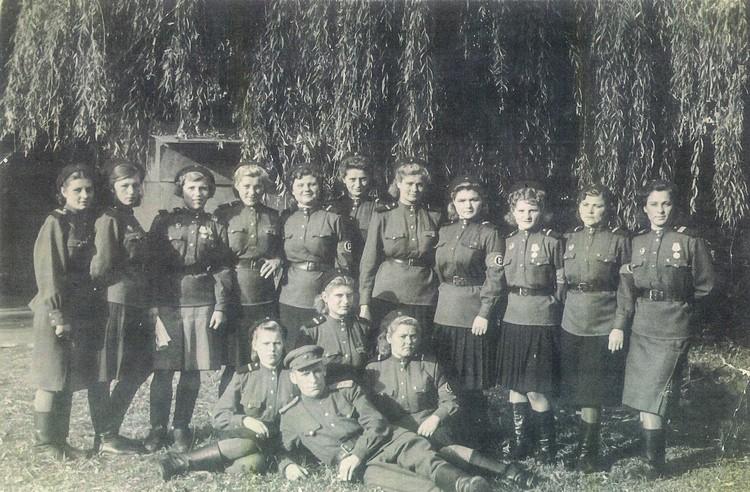 Во время Потсдамской конференции Лидия Спивак (на фото вторая слева) вместе с боевыми подругами указывала дорогу главам правительств СССР, США и Великобритании. Фото: Личный архив семьи Овчаренко.
