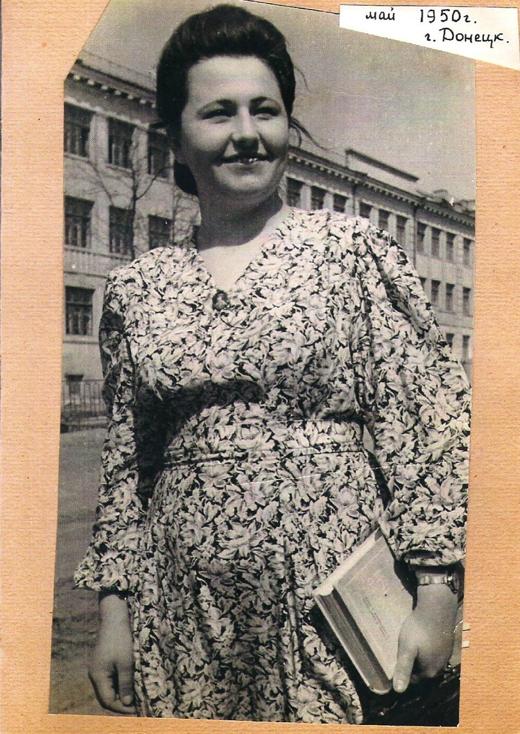 Студентка филологического факультета Сталинского пединститута Лида после занятий. 1950 год. Фото: Личный архив семьи Овчаренко.