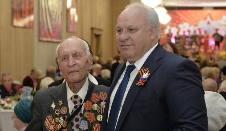 Глава республики Виктор Зимин поздравил ветеранов. Фото пресс-службы правительства Республики Хакасии