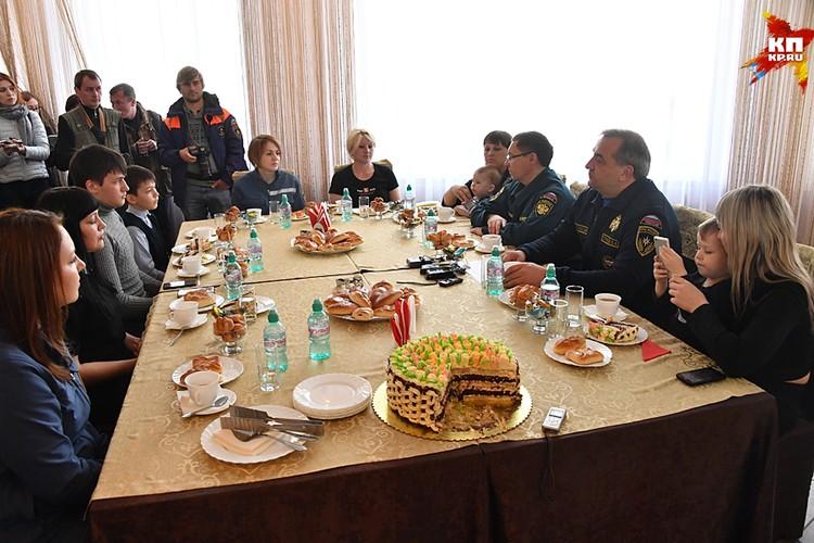 Владимир Пучков вместе с тюменским губернатором Владимиром Якушевым они встретились с людьми, которые вынуждены были покинуть свои дома
