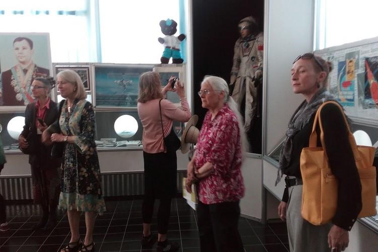 В Космическом музее американки фотографировали всех и вся
