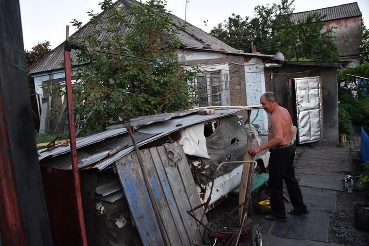 Местный житель Илья Петров в своем изрытом снарядами дворе