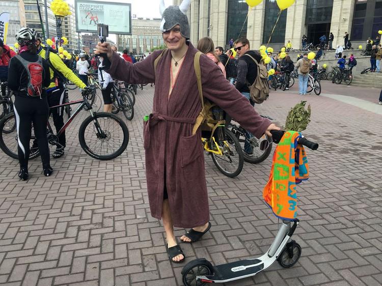 Александр Максимов явился на велопарад в халате на самокате.