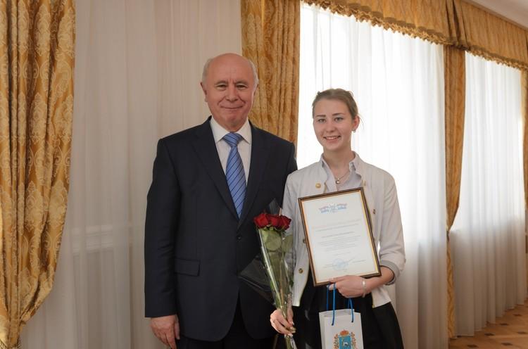 Елена Поставная из 9-го класса школы села Тамбовка получила 206 отличных оцено