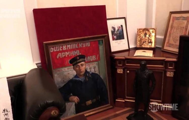 Это мой отец в Севастополе, он был военным моряком, - показал Путин на портрет