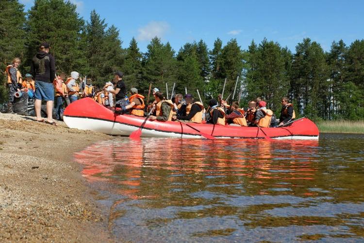 Дети отправились в путешествие на двух лодках и рафте. Фото: Игорь Подгорный/ТАСС.