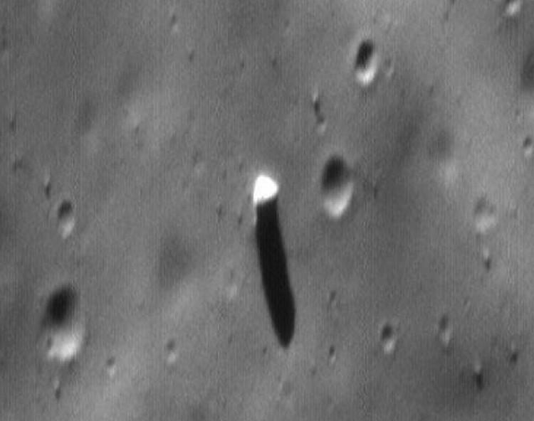 Монолит крупнее. Базз Олдрин прямо не сказал, но намекнул, что объект поставили на Фобосе пришельцы.
