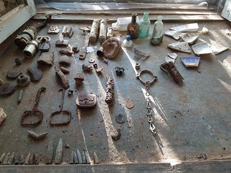 Первые находки из засыпки. Фото: Фонд Археологии