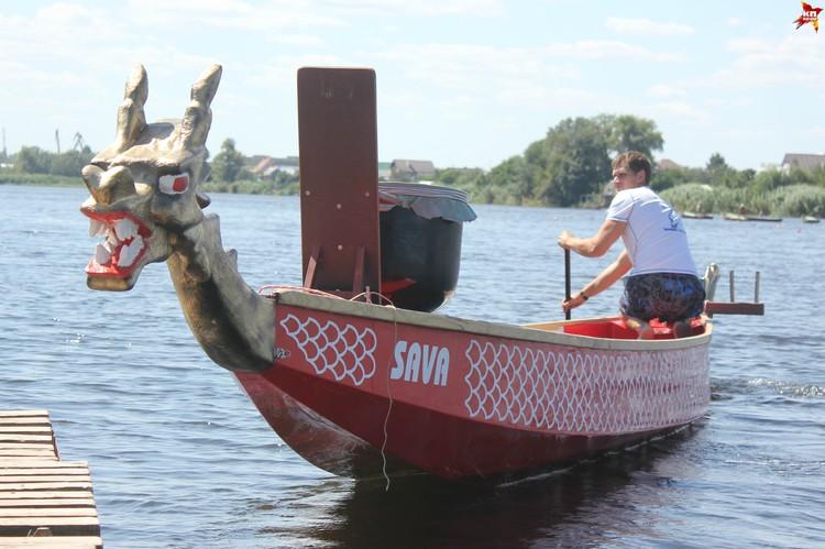 Голова у лодки-дракона съемная, обычно ее надевают только на соревнованиях.