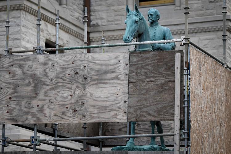 Монумент генерала Ханта в Ленсингтоне решили заранее закрыть от вандалов щитами