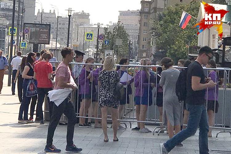 Небольшая очередь на Новинском бульваре у здания посольства США.