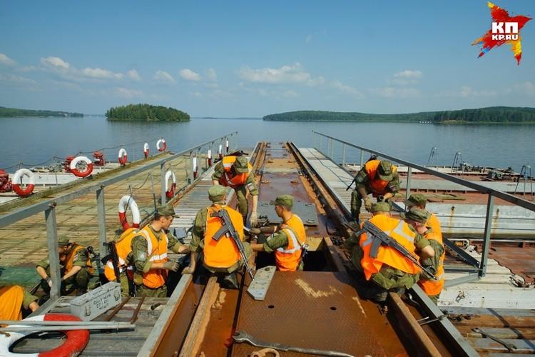 По замыслу учений, незаконные вооруженные формирования разрушили мост через реку Кама у Перми.