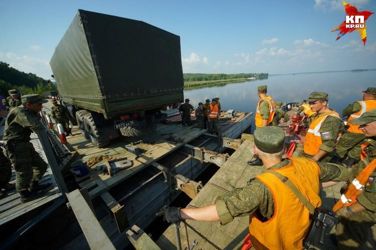 56-метровый «плот» с тремя «камазами» прибывает на учение по воде.
