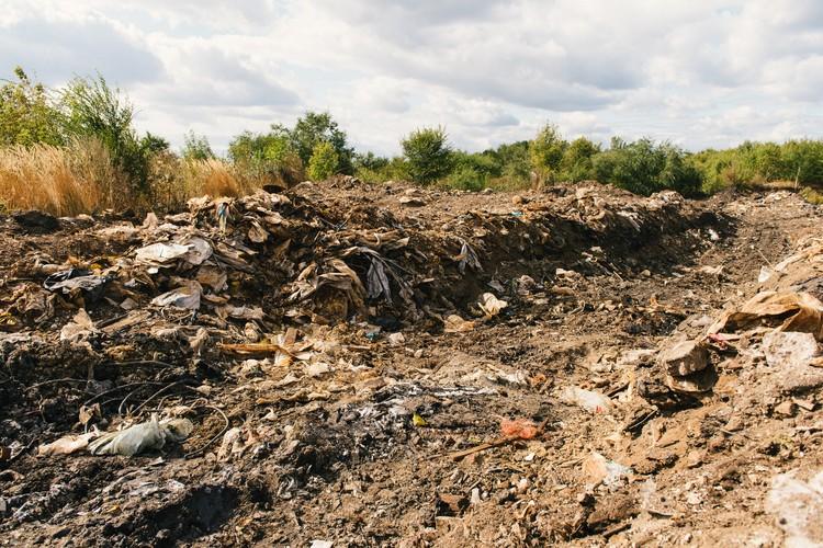 На закрытом полигоне продолжают появляться новые горы мусора