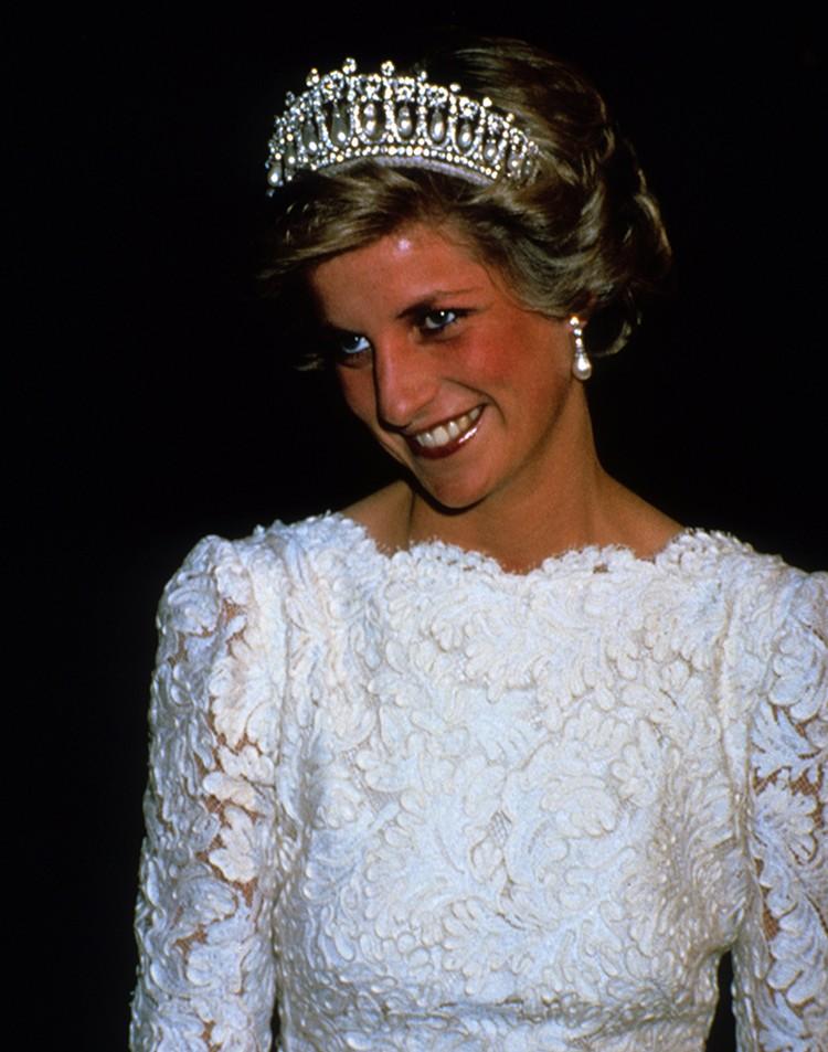 Принцесса Диана с тиарой на голове