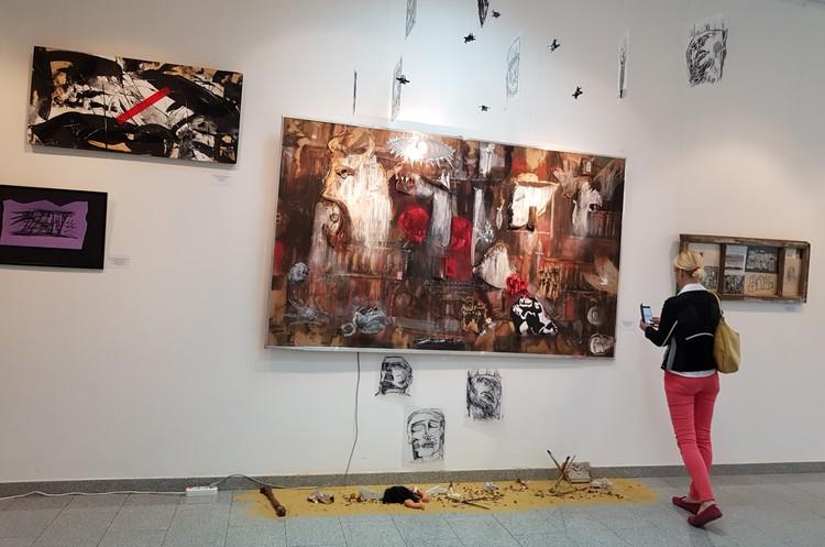"""Художники из России, Испании, Кубы создали свои вариации на тему """"Герники"""". Возможно, они вдохновят кого-то из зрителей поехать в Мадрид и увидеть сам шедевр Пикассо в Музее королевы Софии."""