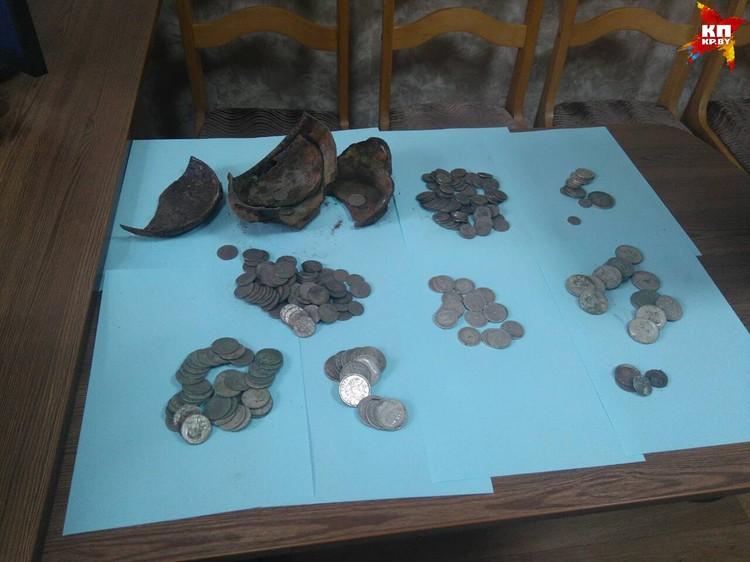 Кто-то спрятал клад с 300 монетами! Фото: Глубокский райисполком
