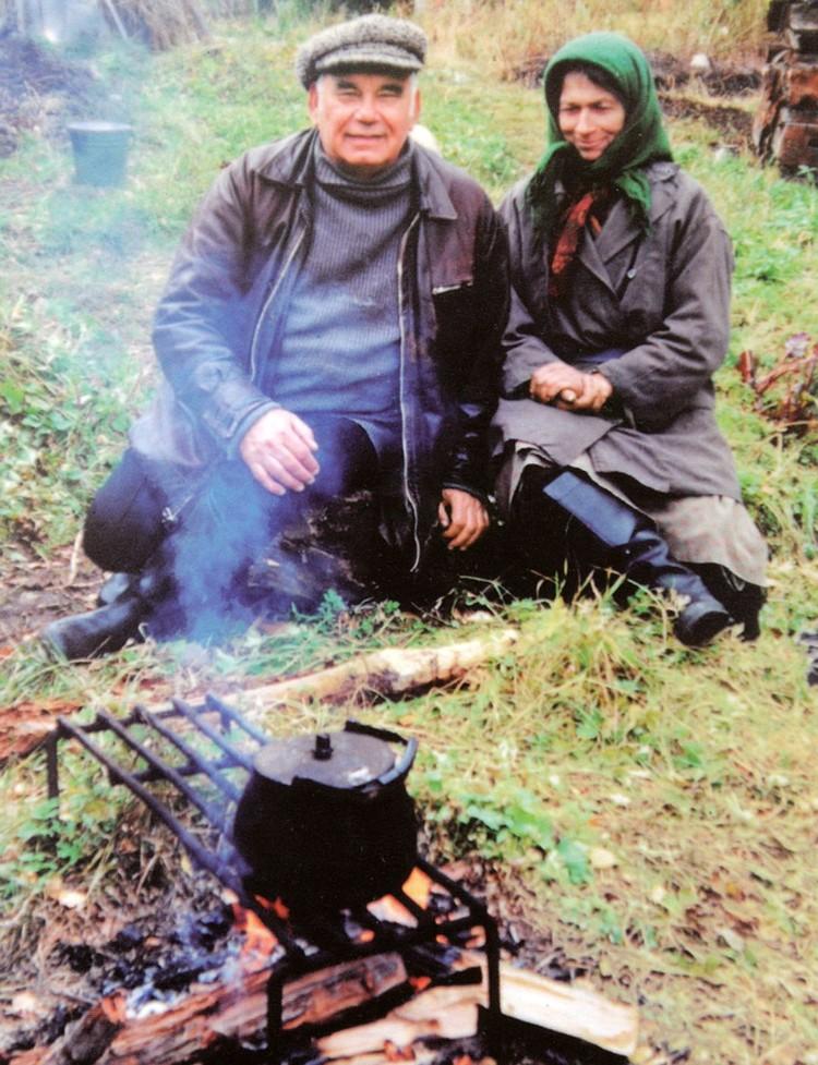 Василий Михайлович Песков с Агафьей Лыковой в тайге