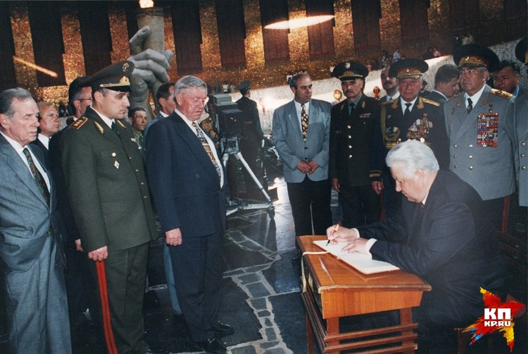 Борис Ельцин побывал на Мамаевом кургане 9 мая 1996 года. Фото: Музей-заповедник «Сталинградская битва».