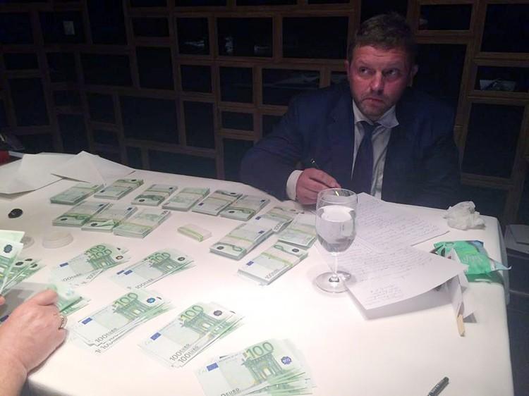 Никиту Белых арестовали, когда он взял в кафе пакет с 400 тысячами евро. Была ли это взятка - решит суд. Фото: sledcom.ru