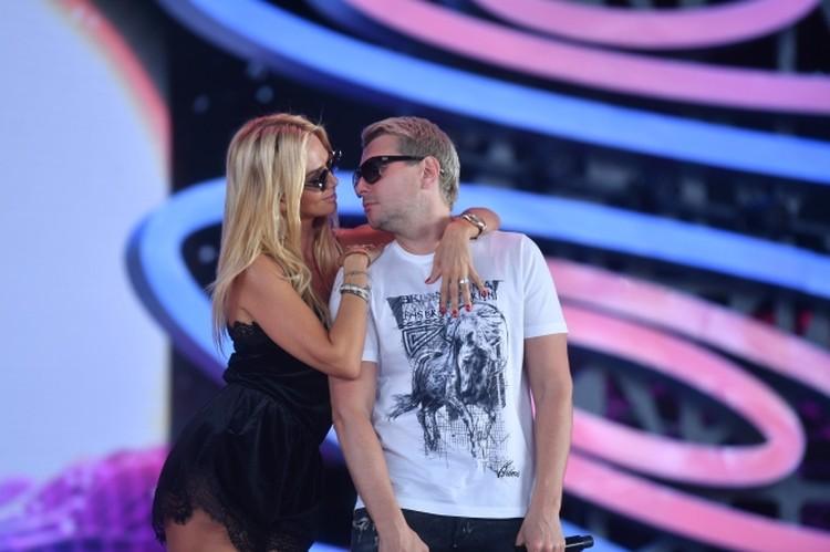 Николай Басков и Виктория Лопырева должны были сыграть свадьбу в начале октября, но перенесли торжество.