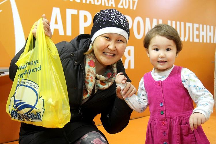 Гости фестиваля «Байкальские пельмени» получили в подарок продуктовые пакеты от СХ ПАО «Белореченское». Для этого нужно было принять участие в викторине и правильно ответить на вопросы о предприятии.