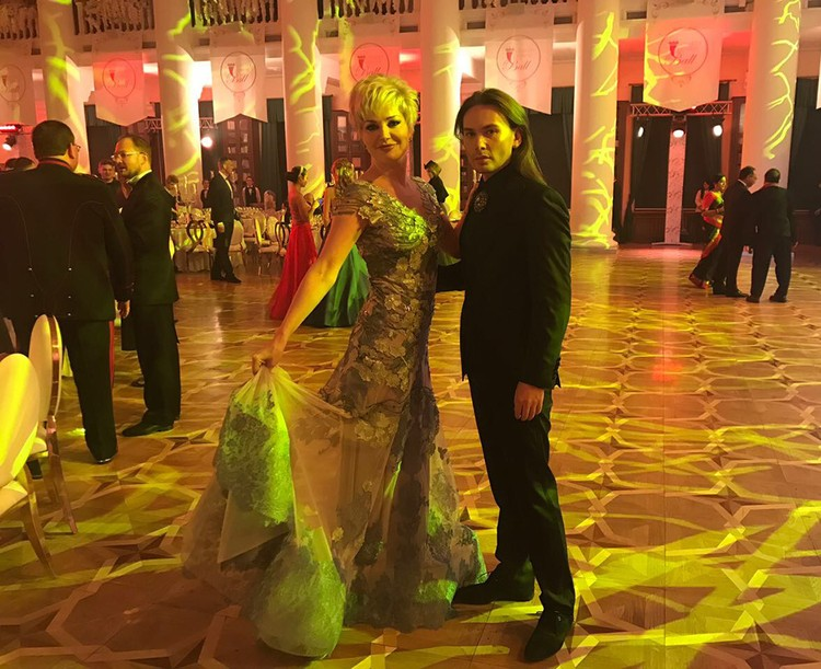 В платье, которое для нее сшил кутюрье Валентин Юдашкин, Мария вошла в Колонный зал киевской мэрии с известным украинским певцом Алексом Луна