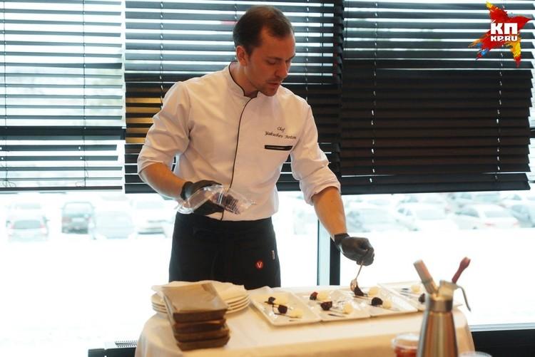 Антон Якушев готовит салат из козьего сыра и свеклы