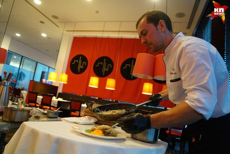 Антон Якушев готовит ножку кролика