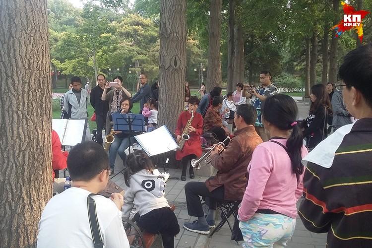 Пекинские пенсионеры похожи на белорусских, но активнее: они собираются в парках, играют на музыкальных инструментах, танцуют, занимаются гимнастикой.