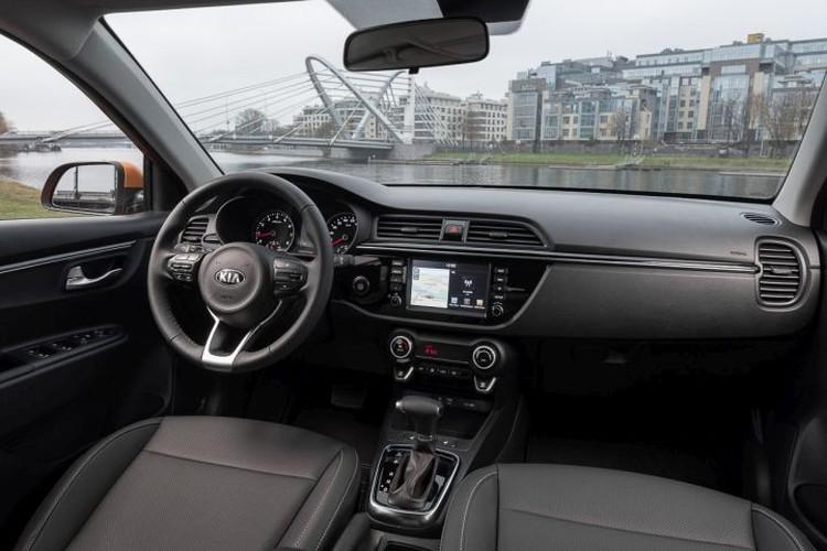Салон в точности такой же, как и на седане. 7-дюймовый цветной дисплей мультимедийной системы – привелегия топ-версий. Навигация есть только в самой дорогой комплектации Premium