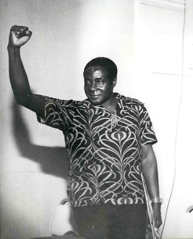 на демократических выборах в 1980 году победил блок темнокожего революционера Роберта Мугабе, которому тогда было 56 лет