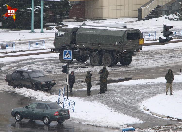 Около Генпрокуратуры ЛНР дежурят вооруженные люди