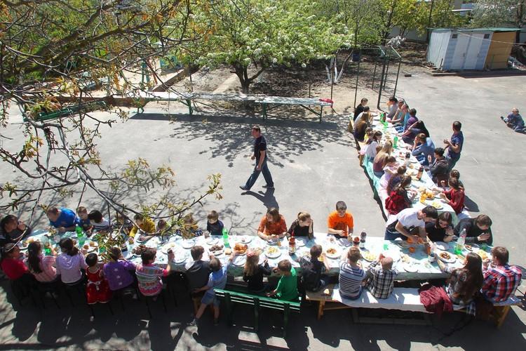 """за столом в доме Сорокиных всегда шумно. Фото: страница в """"Одноклассниках"""" Татьяны Сорокиной."""