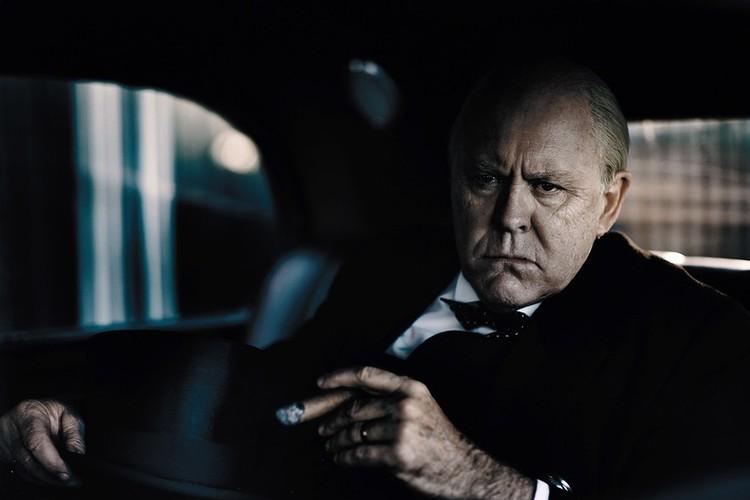 Джон Литгоу в образе Черчилля.
