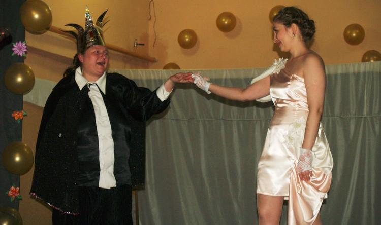 Замарашку (она же Золушка) под венец ведет папа принца - сам король!