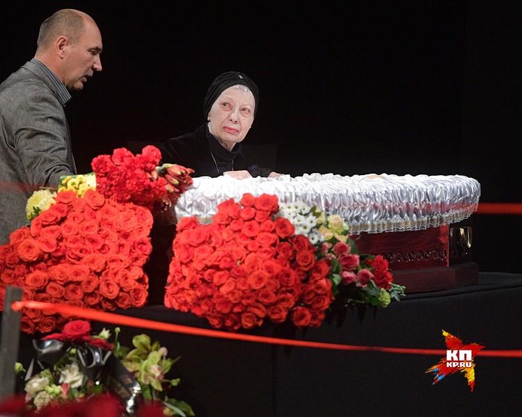 Вдова актера Виктория у гроба.
