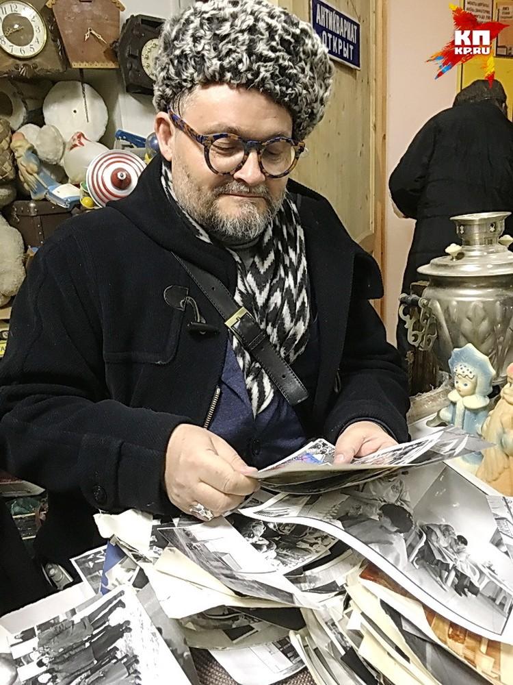 Александр Васильев в антикварном магазине.