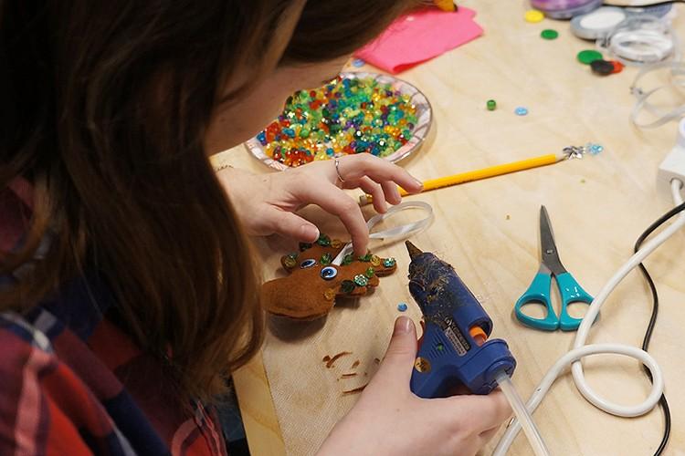 На Креатив Форуме волонтеры могли принять участие в мастер-классах и создать своими руками новогодние подарки для одиноких пожилых людей