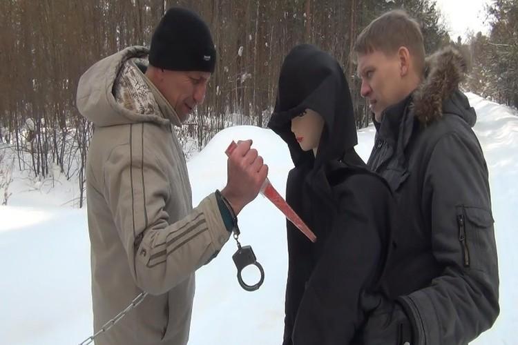 Попков показывает, как убивал. ФОТО: СУ СК РФ по Иркутской области.